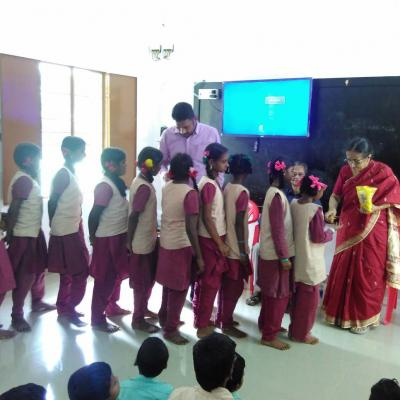 Nalini Parthasarathy Dpf Distributing Sweets To Students